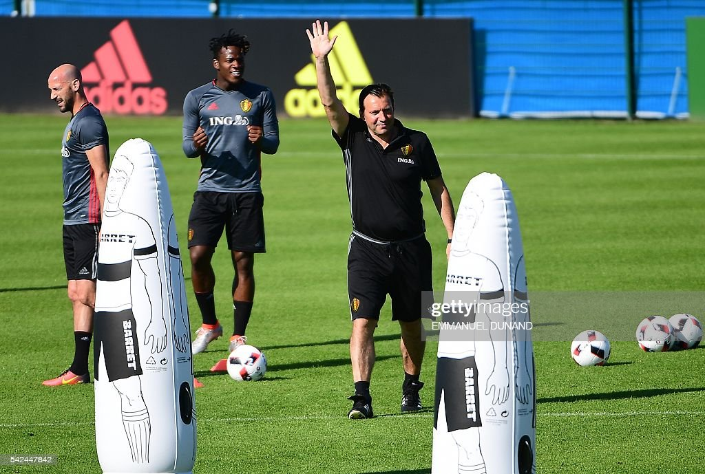 Belgium's defender Laurent Ciman (L), Belgium's forward Michy Batshuayi (C) and Belgium's coach Marc Wilmots take part in a training session for the alternate players in Le Haillan during the Euro 2016 football tournament on June 23, 2016. / AFP / EMMANUEL
