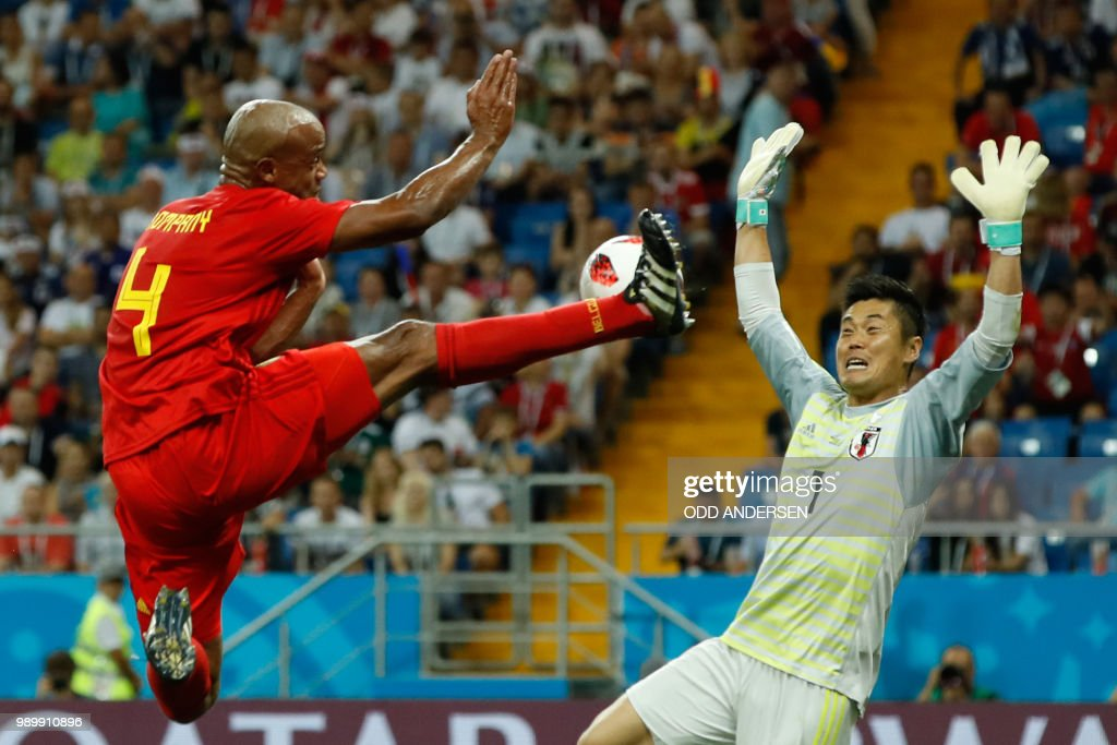 TOPSHOT - Belgium's defender Vincent Kompany (L) tries to score against Japan's goalkeeper Eiji Kawashima during the Russia 2018 World Cup round of 16 football match between Belgium and Japan at the Rostov Arena in Rostov-On-Don on July 2, 2018. (Photo by Odd ANDERSEN / AFP) / RESTRICTED