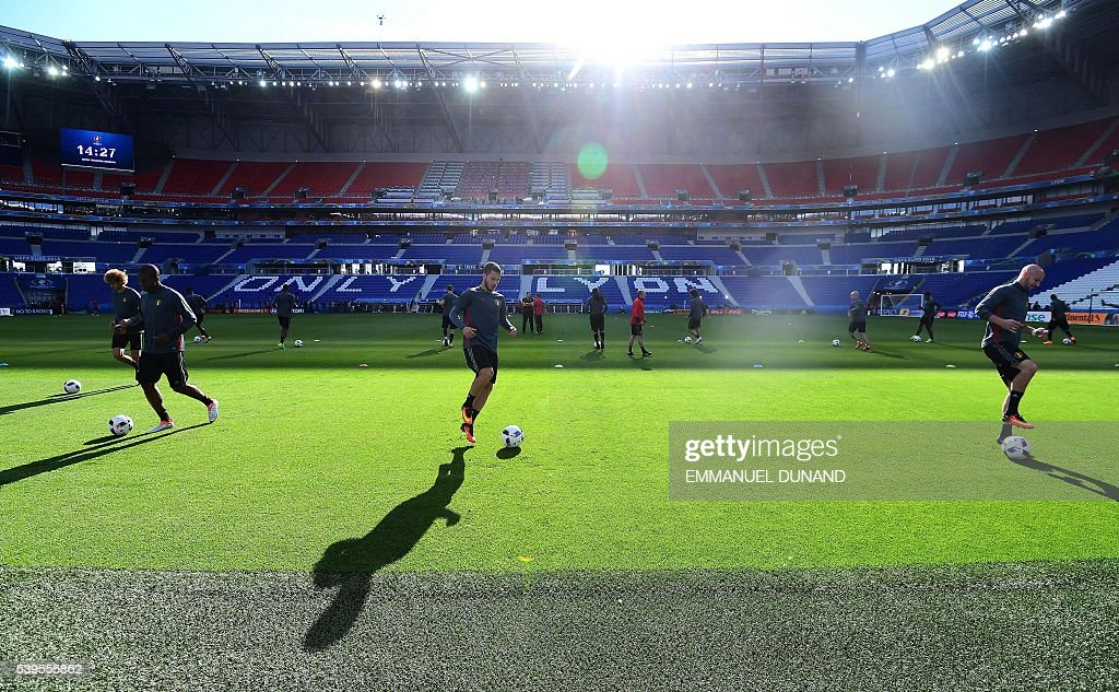 Belgium's forward and captain, Eden Hazard (C) and teammates attend a training session at the Stade de Lyon on June 12, 2016 on the eve of their opening match against Italy for the EURO 2016 football tournamnet. / AFP / EMMANUEL