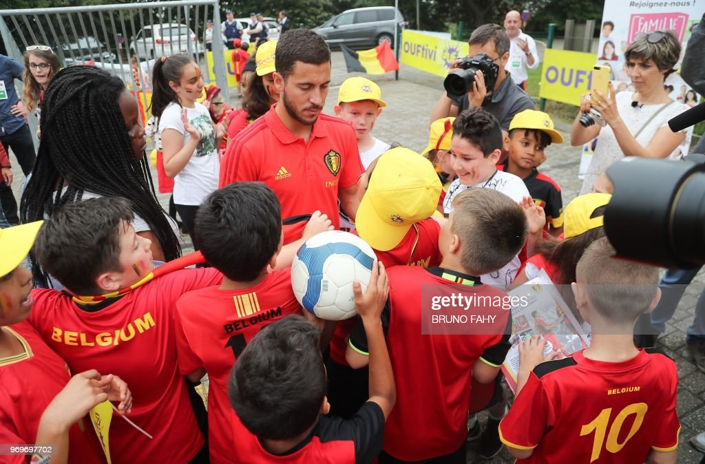 Belgium's forward Eden Hazard signs autographs of pupils of the Ecole Fondamentale de Clabecq in Clabecq, Belgium on June 8, 2018. - The Red Devils visit ten schools all over the country before participating in the upcoming FIFA World Cup 2018 in Russia. (Photo by BRUNO FAHY / Belga / AFP) / Belgium OUT