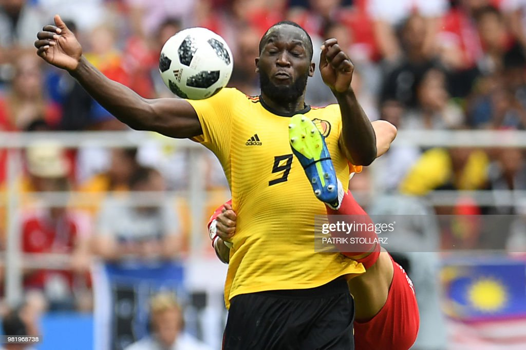 TOPSHOT - Belgium's forward Romelu Lukaku controls the ball as he is marked during the Russia 2018 World Cup Group G football match between Belgium and Tunisia at the Spartak Stadium in Moscow on June 23, 2018. (Photo by Patrik STOLLARZ / AFP) / RESTRICTED