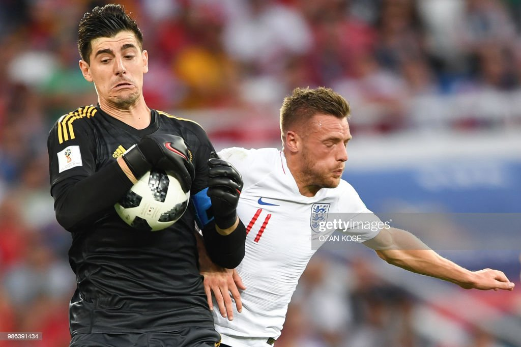 TOPSHOT - Belgium's goalkeeper Thibaut Courtois (L) secures the ball beside England's forward Jamie Vardy during the Russia 2018 World Cup Group G football match between England and Belgium at the Kaliningrad Stadium in Kaliningrad on June 28, 2018. (Photo by OZAN KOSE / AFP) / RESTRICTED