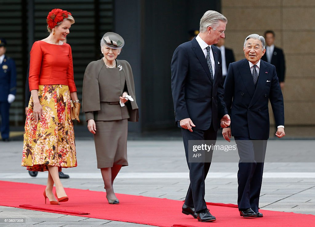 Belgium's King Philippe (2nd R) and Queen Mathilde (L) are escorted by Japan's Emperor Akihito (R) and Empress Michiko on the red carpet during a welcoming ceremony at the Imperial Palace in Tokyo on October 11, 2016. The Belgian royal couple are on a six-day state visit to Japan that began on October 10. / AFP / POOL / ISSEI