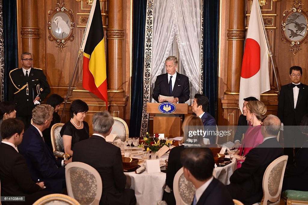 Belgium's King Philippe (C) delivers a speech at the opening of a dinner hosted by Japan's Prime Minister Shinzo Abe at the state guest house in Tokyo on October 12, 2016. The Belgian royal couple are on a six-day state visit to Japan that began on October 10. / AFP / POOL / Kazuhiro NOGI
