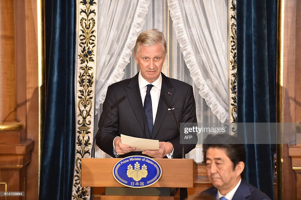 Belgium's King Philippe (L) delivers a speech at the opening of a dinner hosted by Japan's Prime Minister Shinzo Abe (R) at the state guest house in Tokyo on October 12, 2016. The Belgian royal couple are on a six-day state visit to Japan that began on October 10. / AFP / POOL / Kazuhiro NOGI