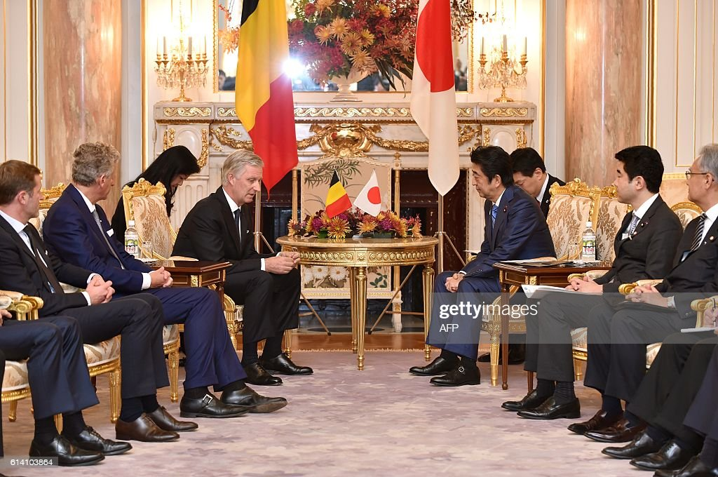 Belgium's King Philippe (center L) talks with Japan's Prime Minister Shinzo Abe (center R) at the state guest house in Tokyo on October 12, 2016. The Belgian royal couple are on a six-day state visit to Japan that began on October 10. / AFP / POOL / Kazuhiro NOGI