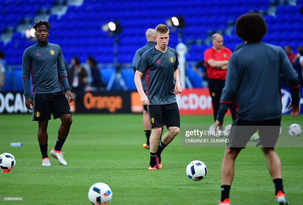Belgium's midfielder Kevin De Bruyne (C) and Belgium's forward Michy Batshuayi (L) attend a training session at the Stade de Lyon on June 12, 2016 on the eve of their opening match against Italy for the EURO 2016 football tournamnet. / AFP / EMMANUEL