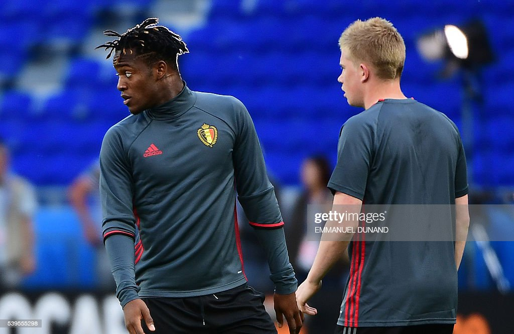 Belgium's midfielder Kevin De Bruyne (R) and Belgium's forward Michy Batshuayi take part in a training session of Belgium's national football team at the Parc Olympique Lyonnais stadium in Lyon, France, on June 12, 2016, during the Euro 2016 football tournament. / AFP / EMMANUEL