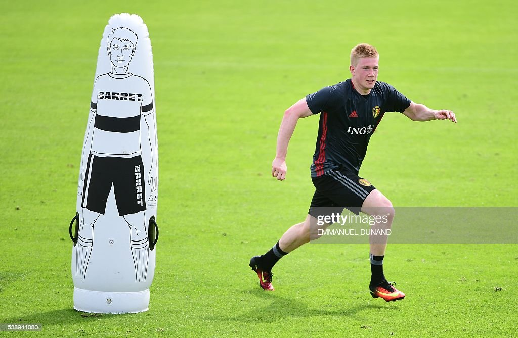 Belgium's midfielder Kevin De Bruyne takes part in a training session on the eve of the Euro 2016 European football championships at Le Haillan, on June 9, 2016. / AFP / EMMANUEL