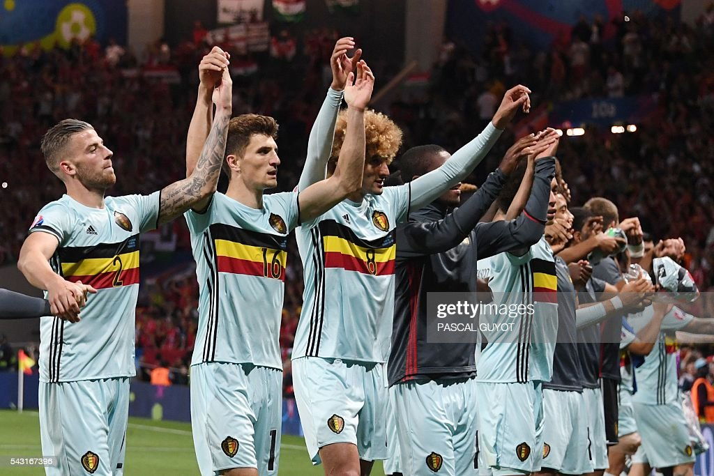 TOPSHOT - Belgium's players celebrate after winning the Euro 2016 round of 16 football match between Hungary and Belgium at the Stadium Municipal in Toulouse on June 26, 2016. / AFP / PASCAL