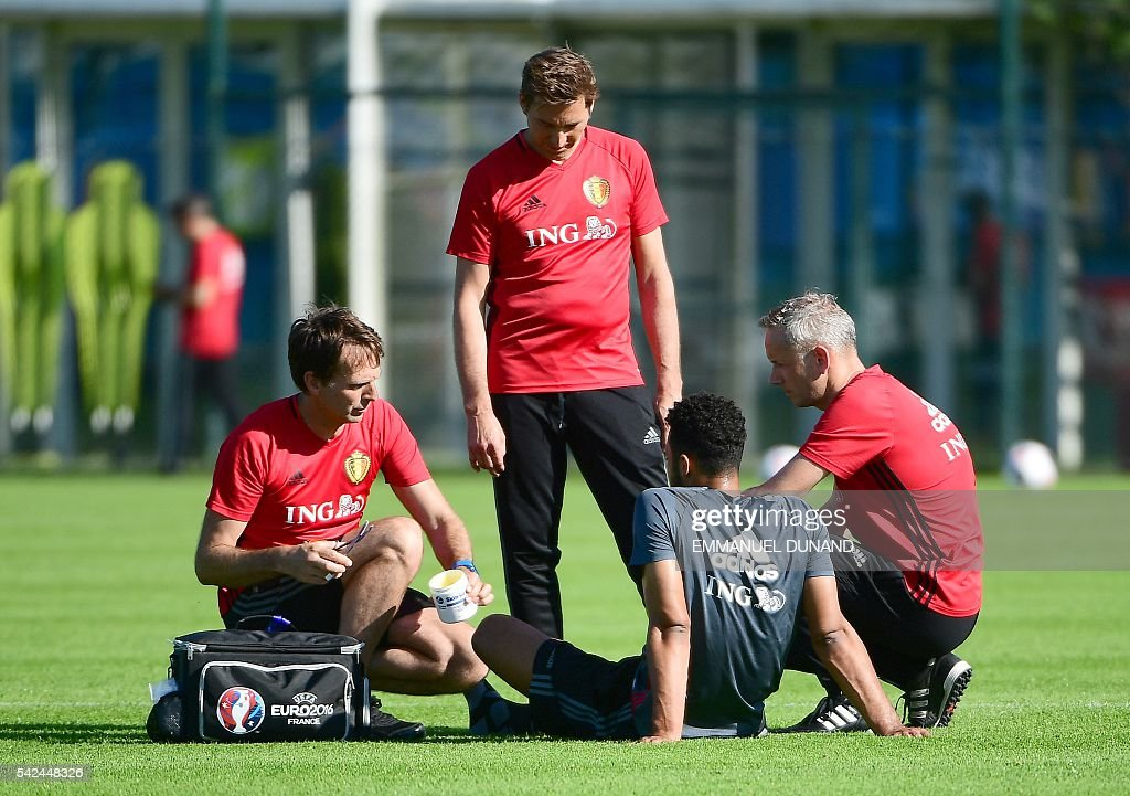 Belgium's team medics looks at Belgium's midfielder Moussa Dembele in a training session for the altrenate players during the Euro 2016 football tournament at Le Haillan, western France on June 23, 2016. / AFP / EMMANUEL