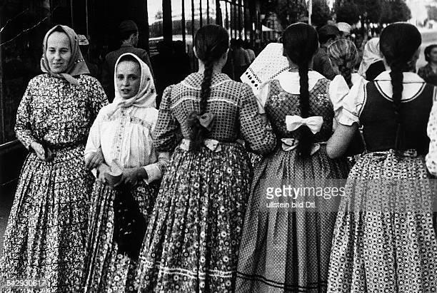 Belgrad Mädchen promenieren in Trachtenkleidern September 1956
