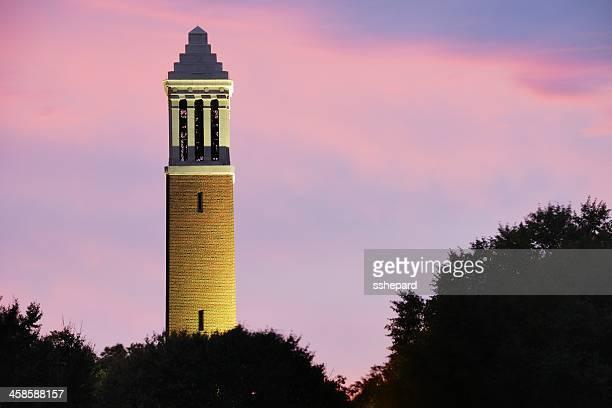ベルタワーでアラバマ大学のキャンパスにストーム - タスカルーサ ストックフォトと画像
