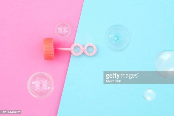 bellenblaas op gekleurde achtergrond - gekleurde achtergrond stock pictures, royalty-free photos & images