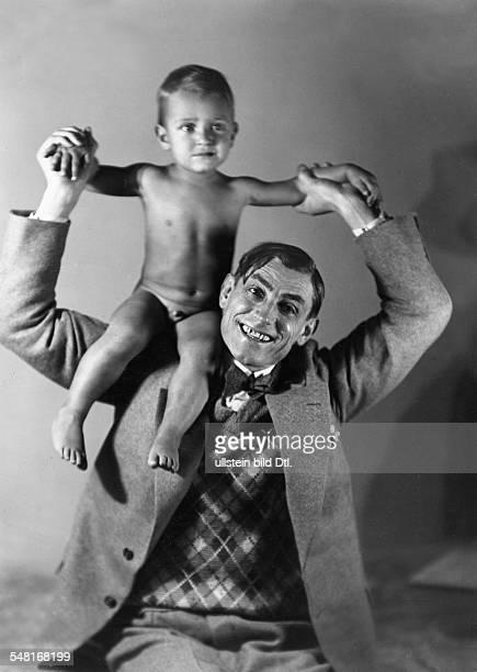 Belling Rudolf *26081886 Bildhauer D traegt seinen Sohn Thomas Matthias auf den Schultern 1930 Foto Wanda von DebschitzKunowski veröffentlicht...
