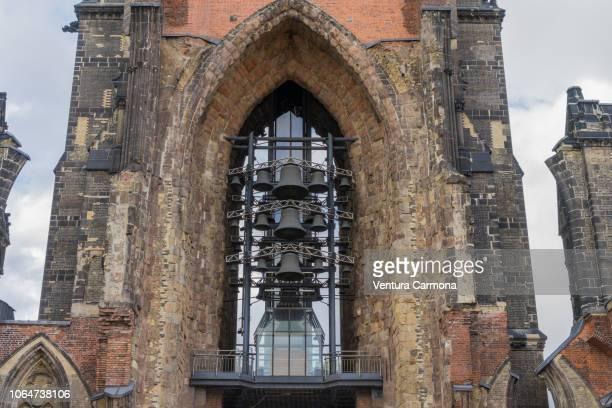 bells of the church st.-nikolai-kirche - hamburg (germany) - kirche imagens e fotografias de stock
