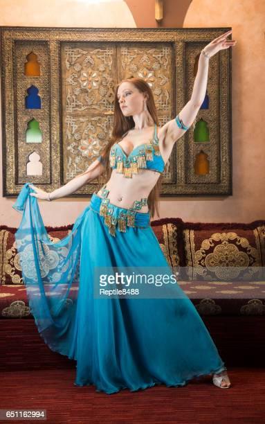 danseur de ventre dans le costume arabe de danse de ventre - blonde forte poitrine photos et images de collection