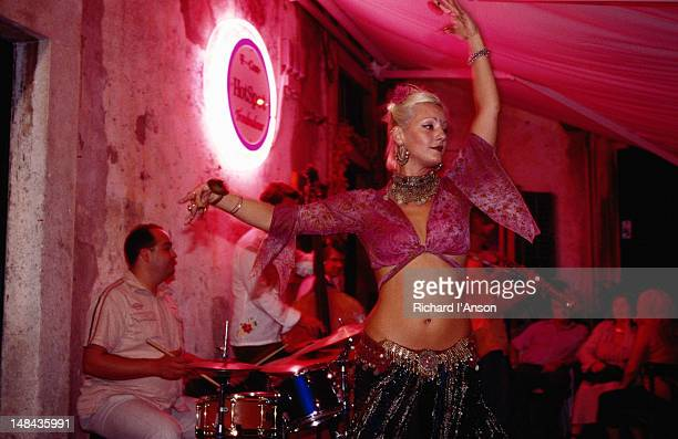 belly dancer performing with jazz band at troubadour cafe. - the doors band stock pictures, royalty-free photos & images