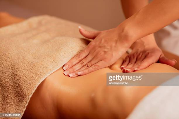 buik massage. anti cellulitis massage.  massage therapeut doet genezing massage met deegroller of battledore. vrouw genieten in ontspannen masseren op kuuroord behandeling. - erotische massage stockfoto's en -beelden
