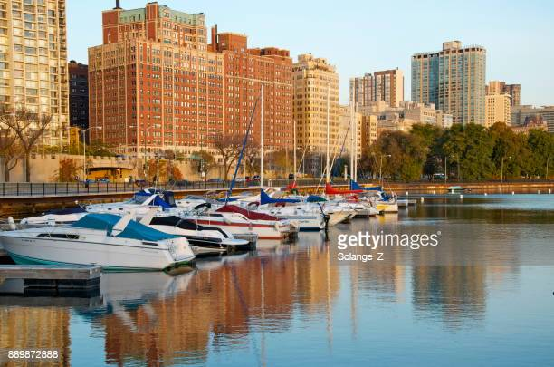 puerto de belmont en chicago - belmont harbor fotografías e imágenes de stock