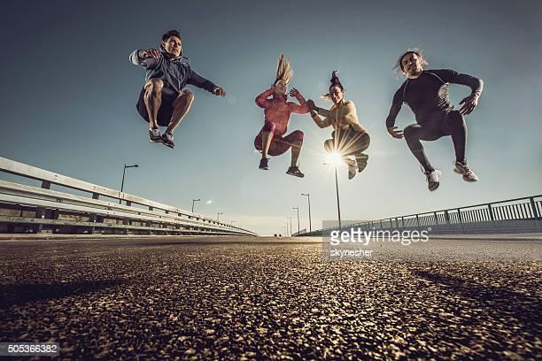 ein blick auf den dynamischen team springen auf einem road ab. - sportsperson stock-fotos und bilder