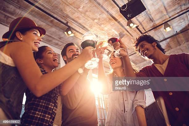 a continuación vista del alegre personas con un brindis.