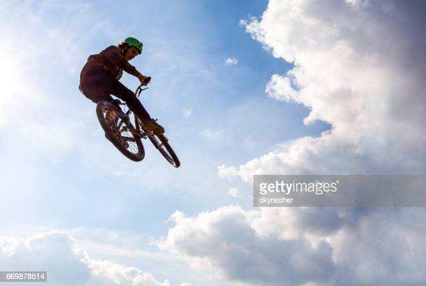 空に対して空中で極端なサイクリストのビューの下
