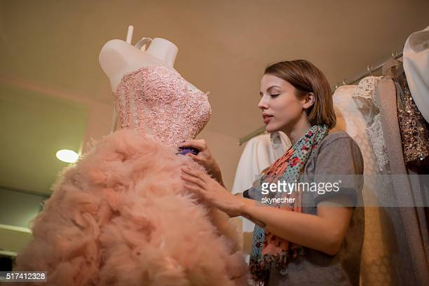 Unten Blick auf Mode-designer arbeitet im Mode-design-studio.