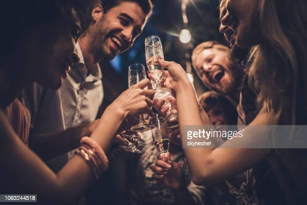 abaixo vista do felizes amigos brindando em uma noite de festa no quintal. - champanhe - fotografias e filmes do acervo