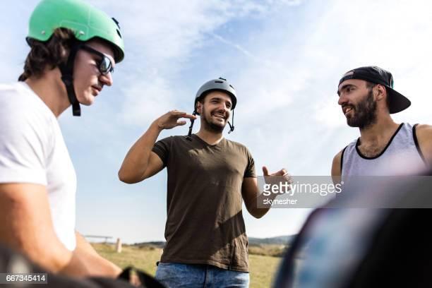自転車のライダーが自然にコミュニケーションを笑顔のビューの下