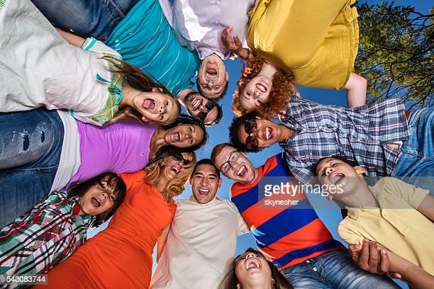 Unten Blick auf vereinigt Personen umarmen im Kreis.