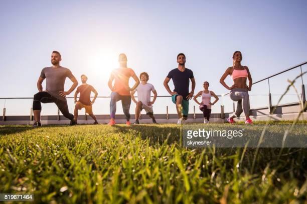 unter ansicht der junge sportliche menschen, die eine sportliche ausbildung auf einer terrasse. - körperbewusstsein stock-fotos und bilder