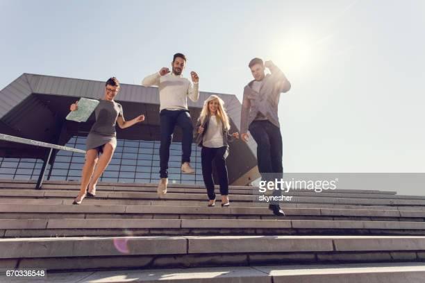 Ci-dessous la vue de l'équipe de jeunes entrepreneurs sautant sur l'escalier extérieur.