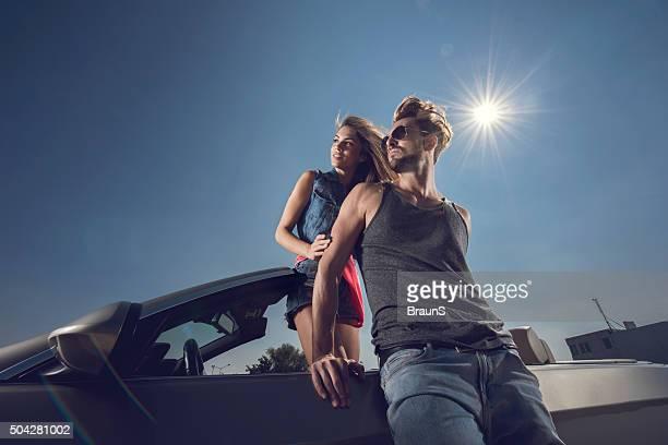 A continuación vista de la moda de joven pareja con cabriolet.