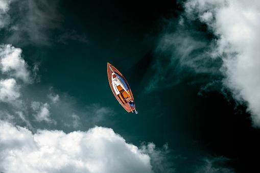 Bemanntes Segelboot - Luftaufnahme mit Wolken - gettyimageskorea