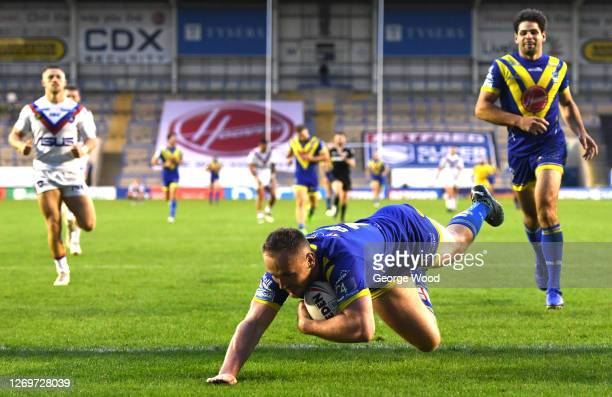 Ben Currie of Warrington Wolves scores a try during the Betfred Super League match between Warrington Wolves and Wakefield Trinity at The Halliwell...