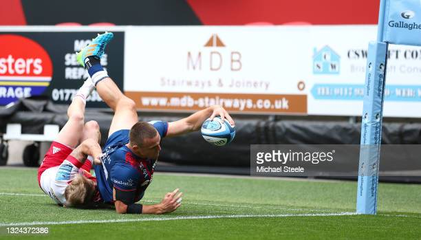 Ben Earl of the Bristol Bears scores the opening try during the Gallagher Premiership Rugby semi final match between Bristol Bears and Harlequins at...