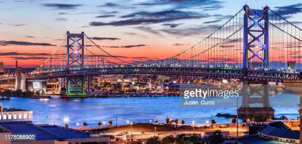 ben franklin bridge - philadelphia skyline stock pictures, royalty-free photos & images