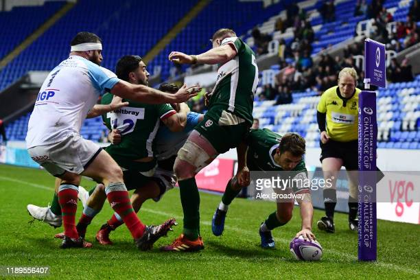 Ben Meehan of London Irish scores a try during the European Rugby Challenge Cup Round 2 match between London Irish and Bayonne at Madejski Stadium on...
