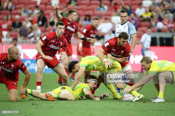 Ben O'Donnell of Australia makes a pass during the 2018 Singapore Sevens Pool D match between Wales and Australia at National Stadium on April 28...