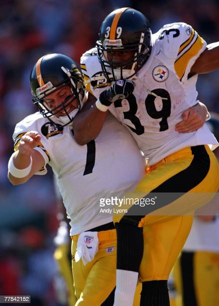 Ben Roethlisberger of the Pittsburgh Steelers and Willie Parker celebrate a touchdown run by Parker against the Cincinnati Bengals during the NFL...
