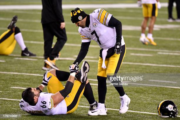 Ben Roethlisberger of the Pittsburgh Steelers greets David DeCastro before playing against the Cincinnati Bengals at Paul Brown Stadium on December...