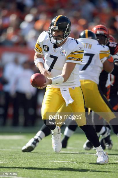 Ben Roethlisberger of the Pittsburgh Steelers hands off the ball against the Cincinnati Bengals during the NFL game on October 28 2007 at Paul Brown...