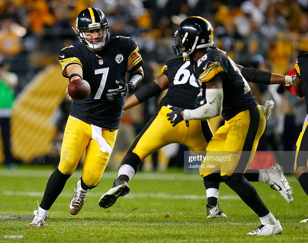 Ben Roethlisberger #7 of the Pittsburgh Steelers hands off to Le'Veon Bell #26 in the second half during the game against the Kansas City Chiefs at Heinz Field on October 2, 2016 in Pittsburgh, Pennsylvania.
