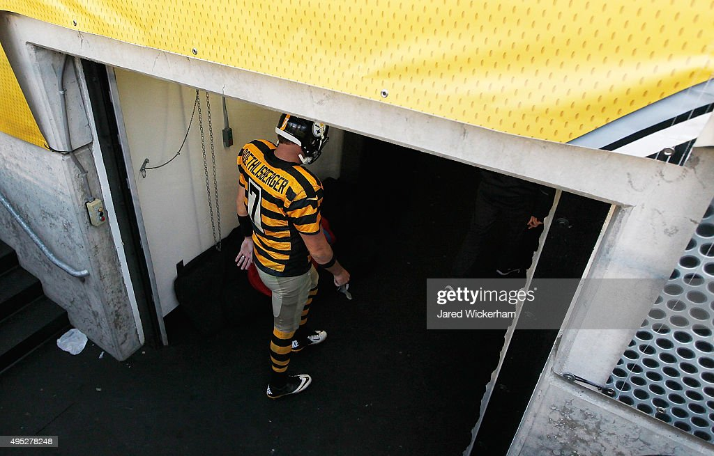 Ben Roethlisberger #7 of the Pittsburgh Steelers leaves the field at the end of the game against the Cincinnati Bengals at Heinz Field on November 1, 2015 in Pittsburgh, Pennsylvania.