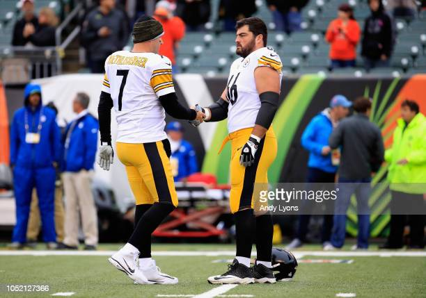 Ben Roethlisberger of the Pittsburgh Steelers shakes hands with David DeCastro prior to the start of the game against the Cincinnati Bengals at Paul...