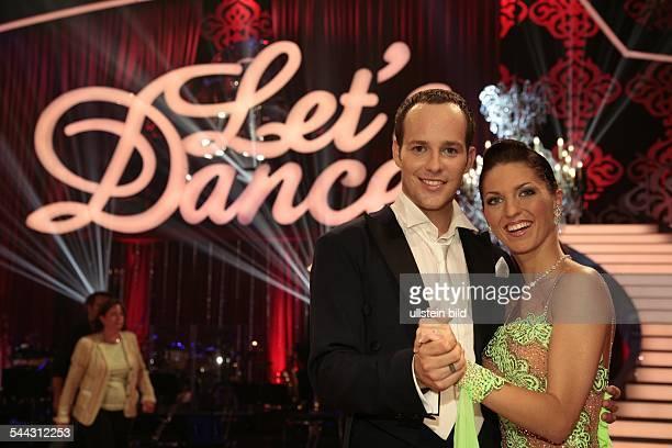 Ben Saenger und Moderator D Kandidat in der Neuauflage der Fernsehshow 'Let's Dance' mit seiner Tanzpartnerin Christine Deck
