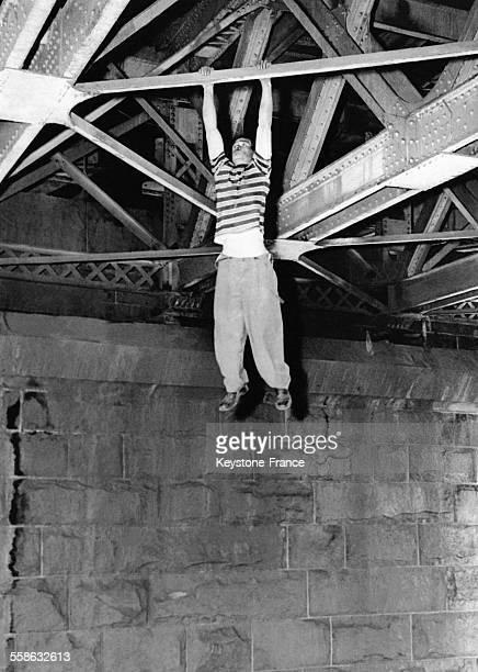 Ben Snead charbonnier se balance accroché a la structure du Harlem Bridge avant que la police n'intervienne pour le forcer a descendre le 3 septembre...
