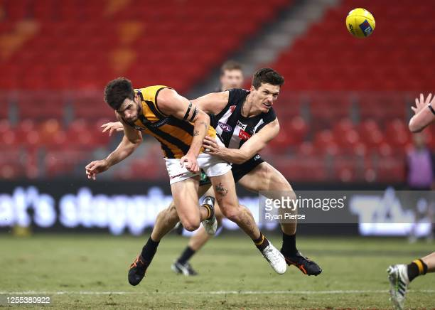 Ben Stratton of the Hawks competes for the ball against Brody Mihocek of the Magpies during the round 6 AFL match between the Collingwood Magpies and...
