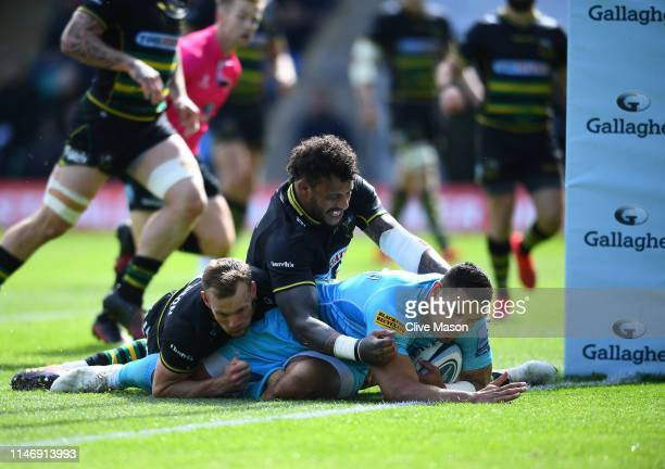 Ben T'eo of Worcester Warriors goes over to score a try during the Gallagher Premiership Rugby match between Northampton Saints and Worcester...